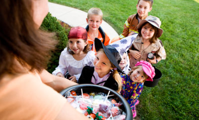 Halloween: Kids Excited to Trick Or Treat — Stock Photo #51048769